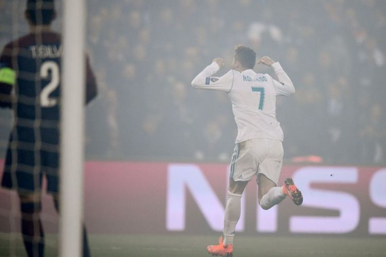 Cristiano Ronaldo merayakan gol pertama Real Madrid ke gawang PSG pada pertandingan babak 16 besar Liga Champions di Stadion Parc des Princes, Selasa (6/3/2018).(AFP/FRANCK FIFE)